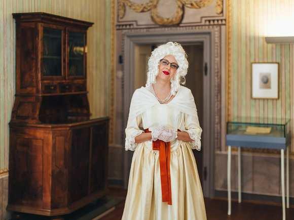 """[Translate to Ungarisch:] """"Frau Haydn"""" führt durch die Ausstellung"""