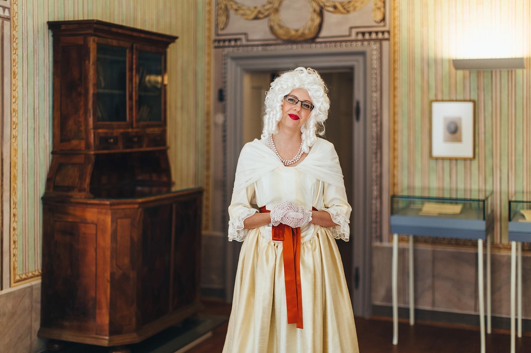 """[Translate to Englisch:] """"Frau Haydn"""" führt durch die Ausstellung"""